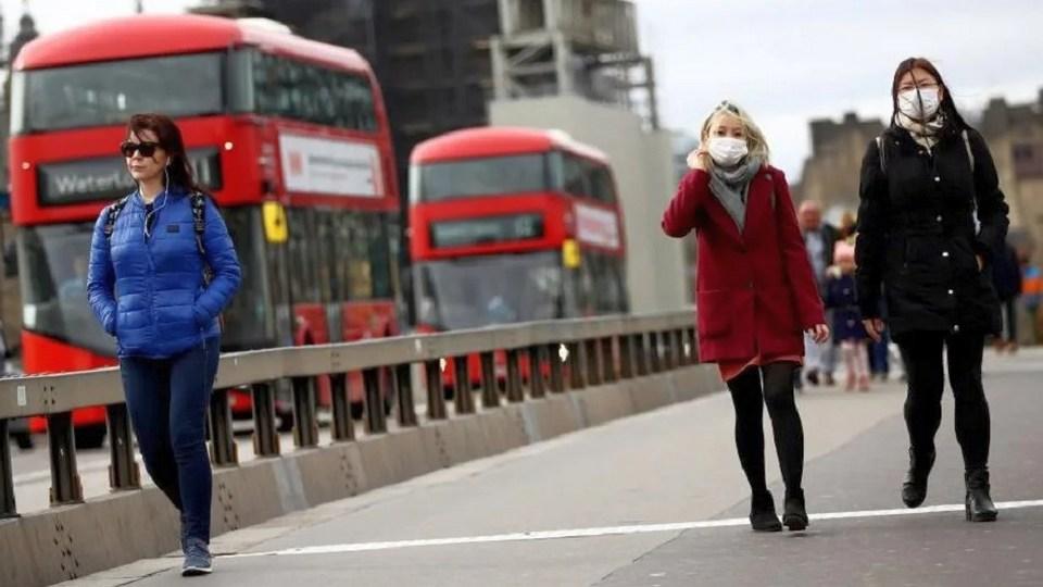 Британские власти заманивают на вакцинацию от COVID-19 при помощи пиццы и такси
