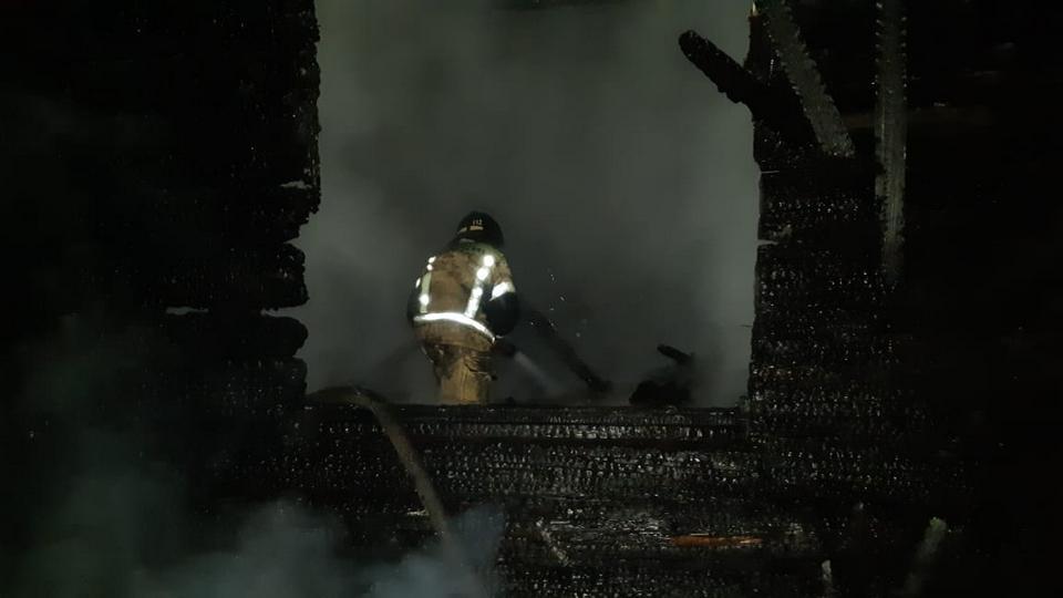 Двух человек удалось спасти из сгоревшего дома в Берёзовском