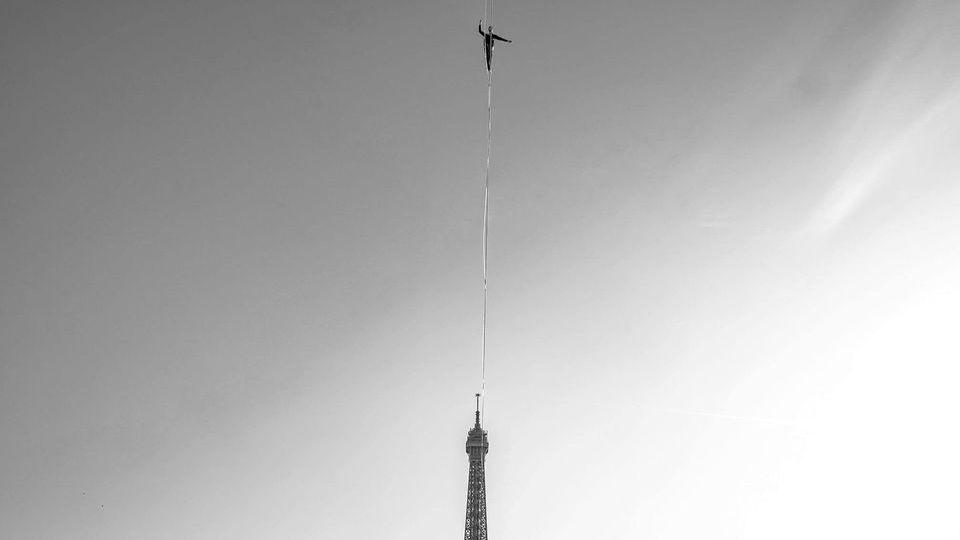 Канатоходец прошел 670 метров между Эйфелевой башней и театром Шайо