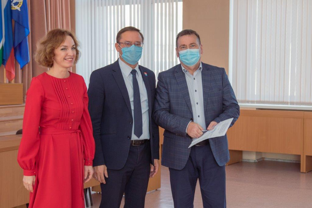 Работники СинТЗ получили депутатские удостоверения
