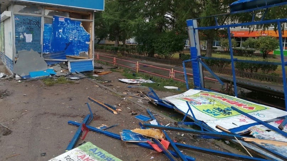 В Каменске-Уральском автомобиль снес остановочный комплекс на проспекте Победы