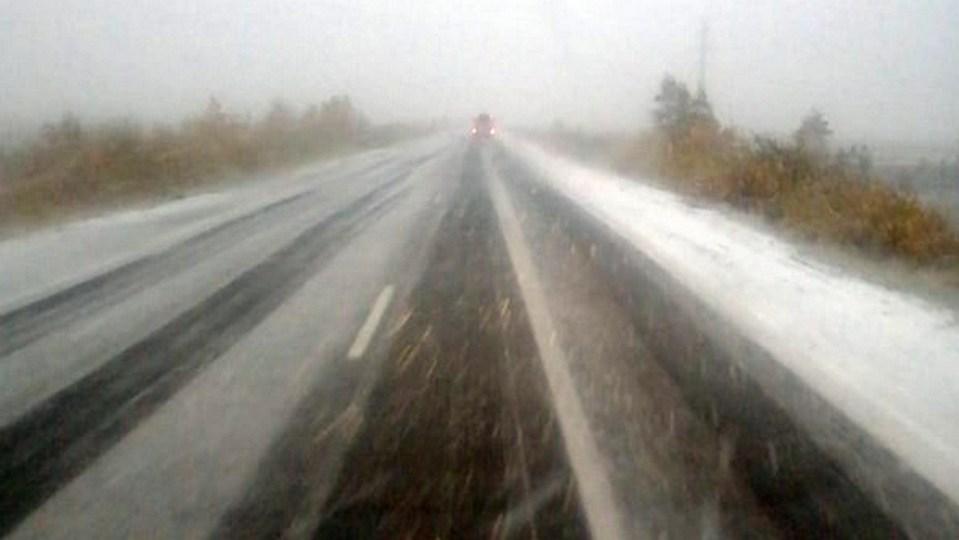 Первый снег на Ямале парализовал движение на трассе