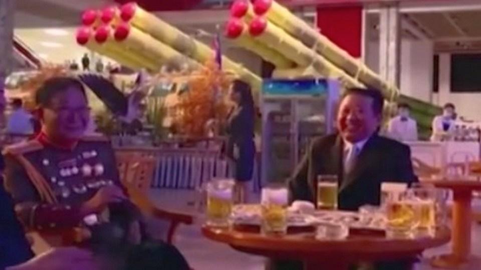 Ким Чен Ын устроил банкет с пивом и сигарами в зале с баллистическими ракетами