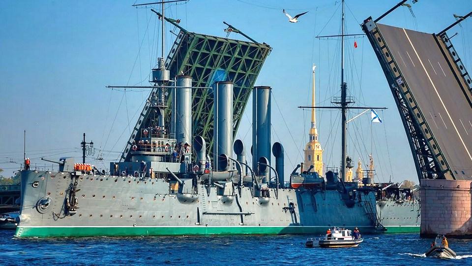 """Двое пьяных мужчин пытались прорваться на борт крейсера """"Аврора"""" в Петербурге"""